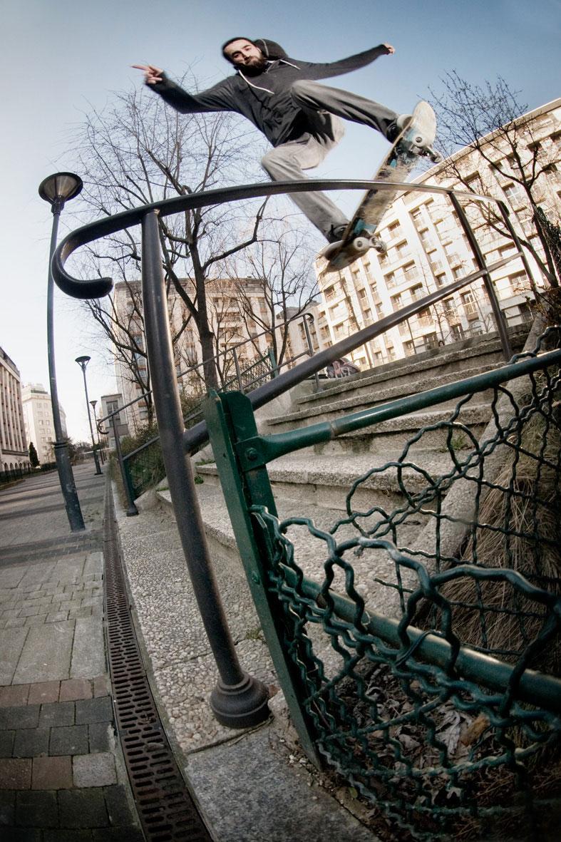 Frontside lipslide - photo : Alexandre Pires